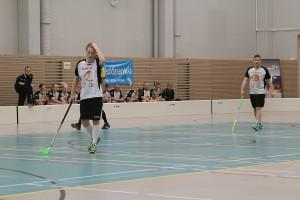Flanelsin Jiro Heino etualalla pelasi lauantaina hyvin kahteen suuntaan. Oikealla kentällä pelaaja-valmentaja Tatu Kiiski ja taustalla penkki pelaaja-valmenta-jojo Vesa Hurrin (loukki) johdolla.